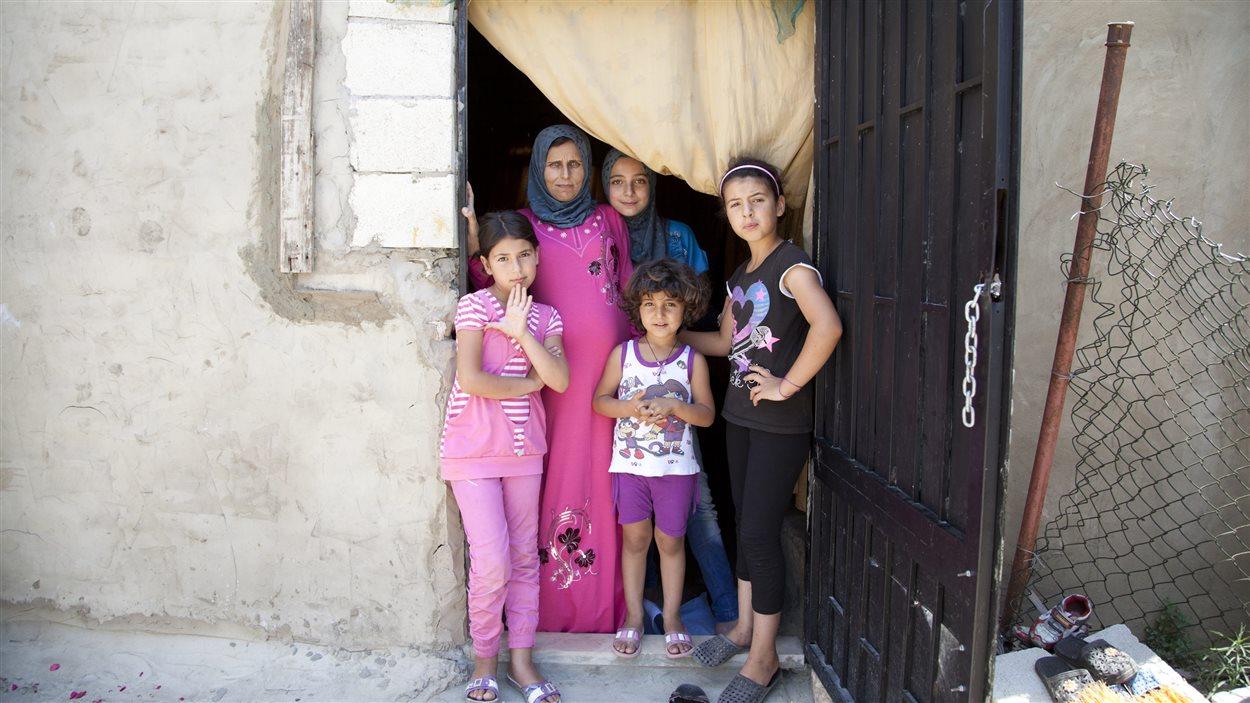 Des enfants syriens dont la mère a été tuée par l'explosion d'une bombe sont hébergés au Liban.