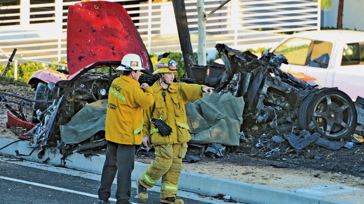 La force de l'impact a complètement détruit la voiture.