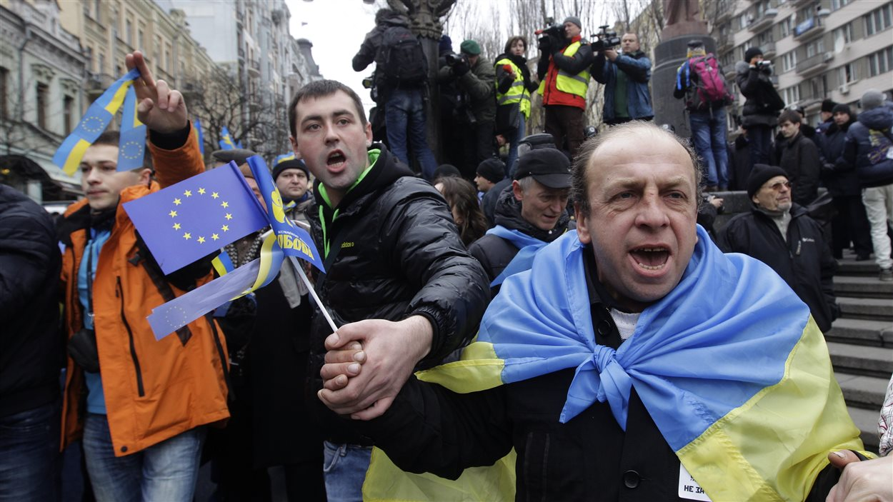 Des manifestants anti-gouvernementaux marchent dans les rues de Kiev, en Ukraine.