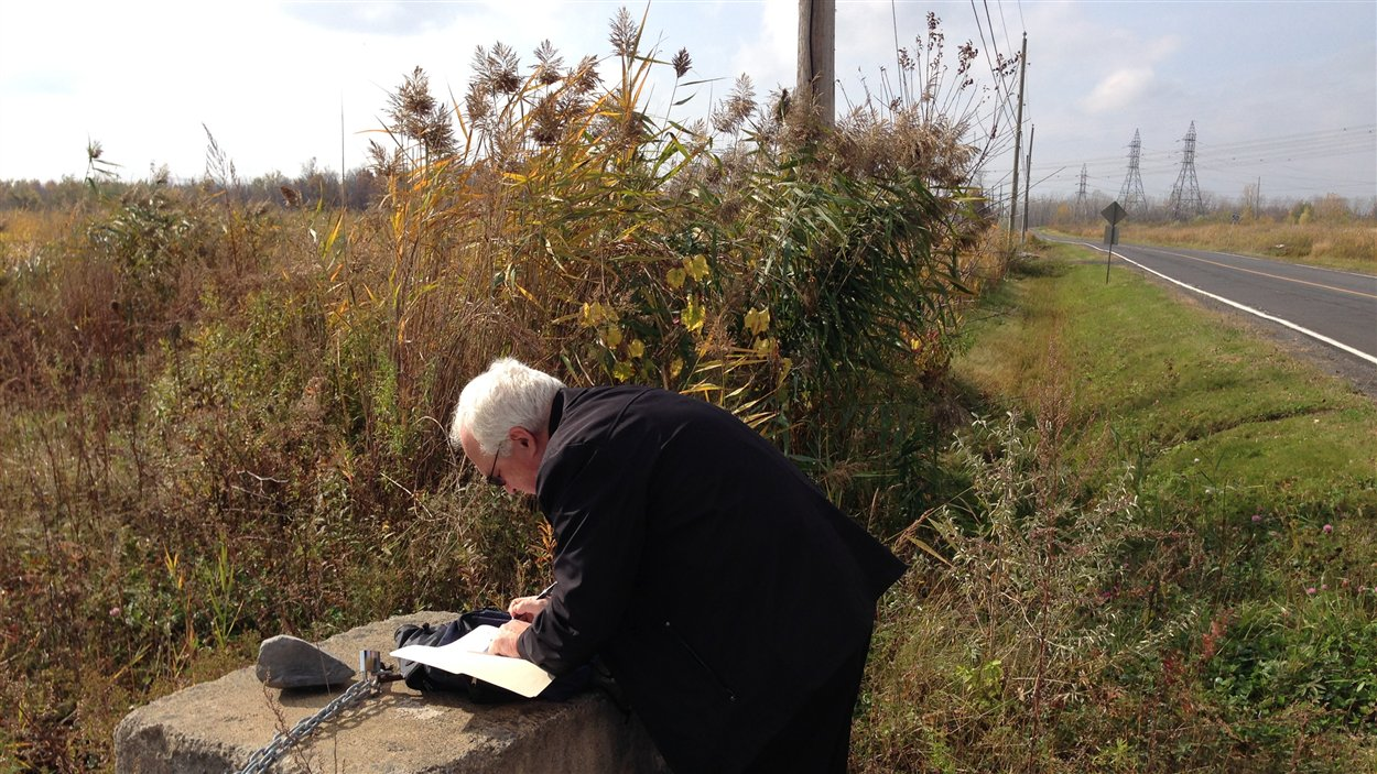 Le professeur Claude Marois analyse des données dans une zone agricole de Brossard
