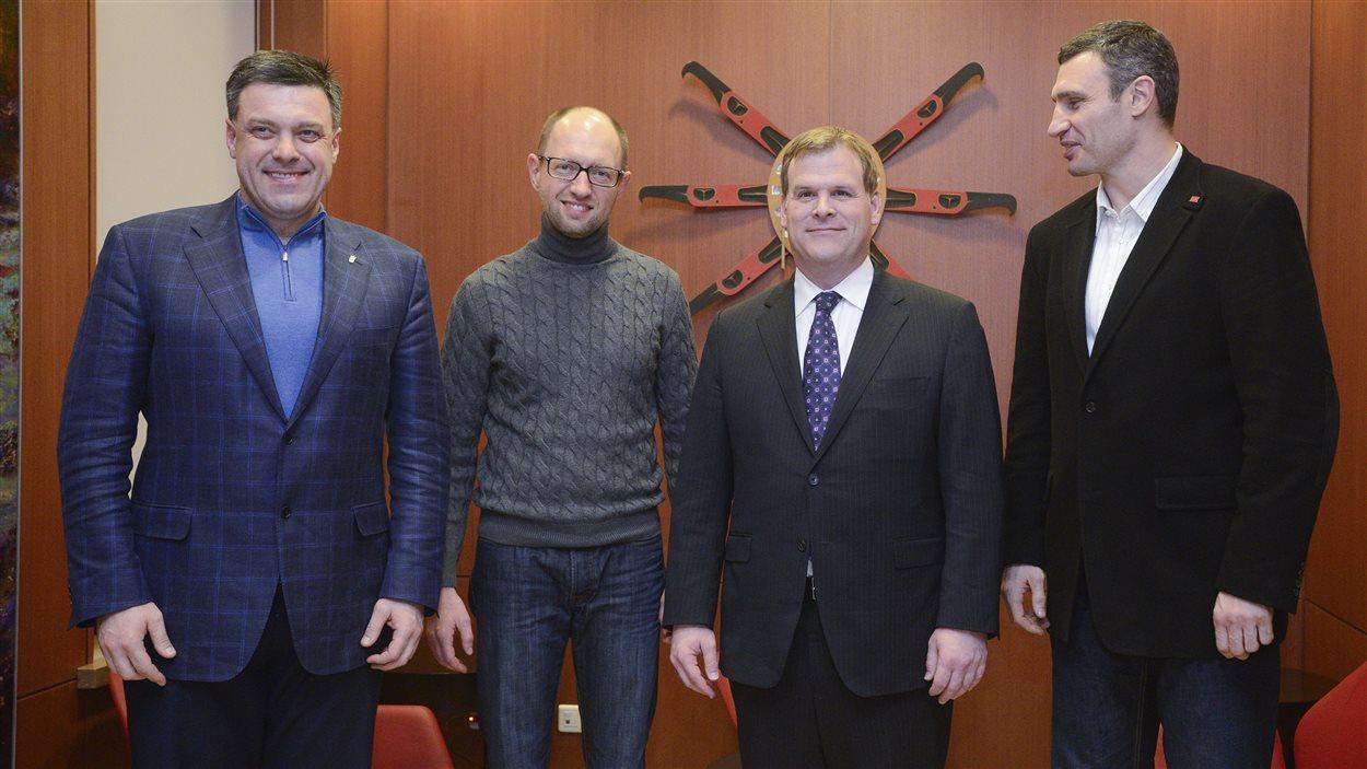 Les dirigeants de l'opposition ukrainienne Oleh Tyahnybok (gauche), Arseniy Iatsenioukle et Vitali Klitschko (droite) posent avec le ministre canadien John Baird en marge d'une réunion à Kiev.
