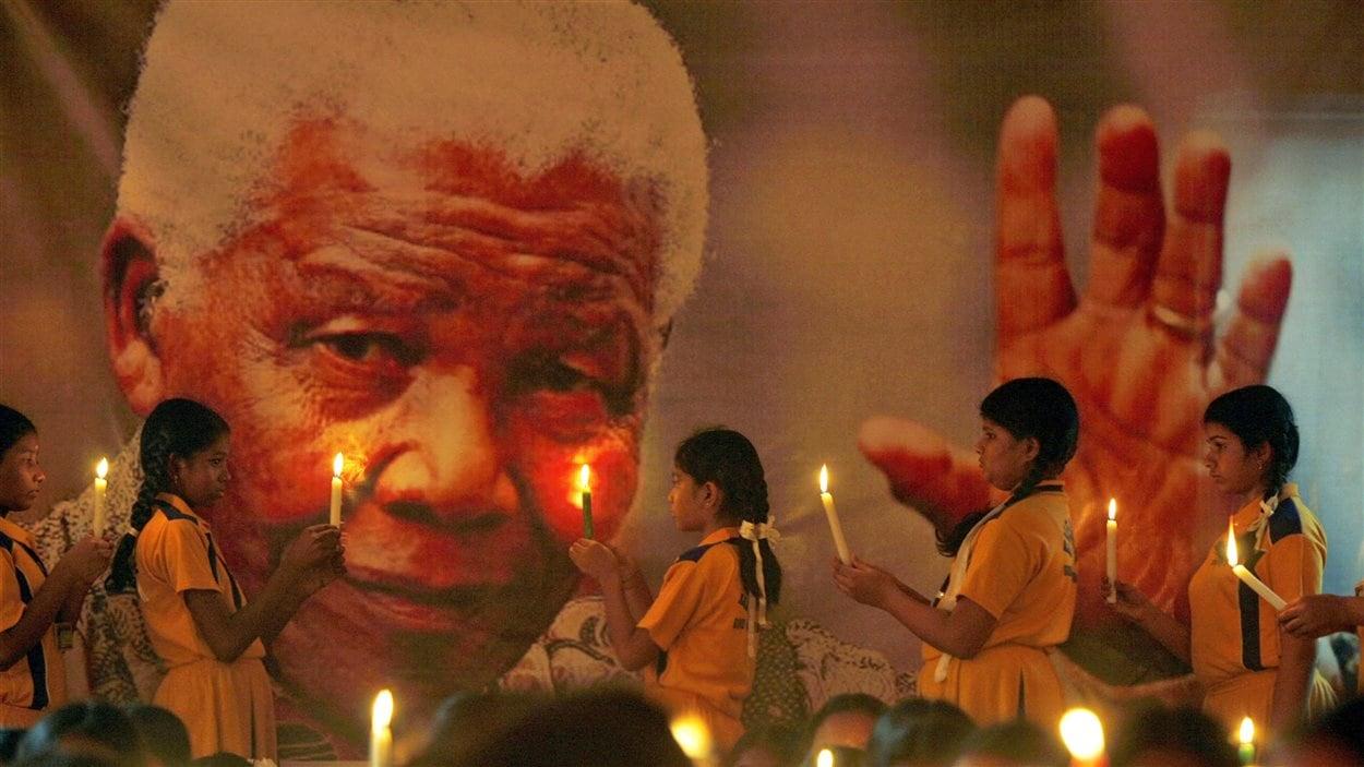 Des écolières indiennes rendent hommage à Nelson Mandela.