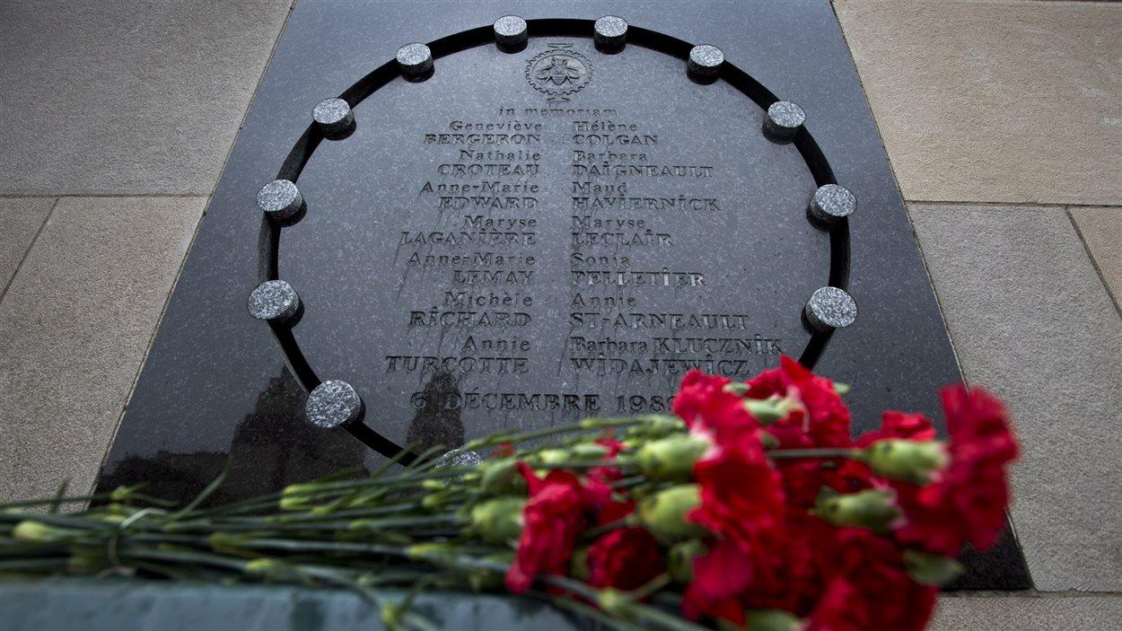 Des fleurs ont été déposées devant le monument en l'honneur des 14 victimes de la fusillade.