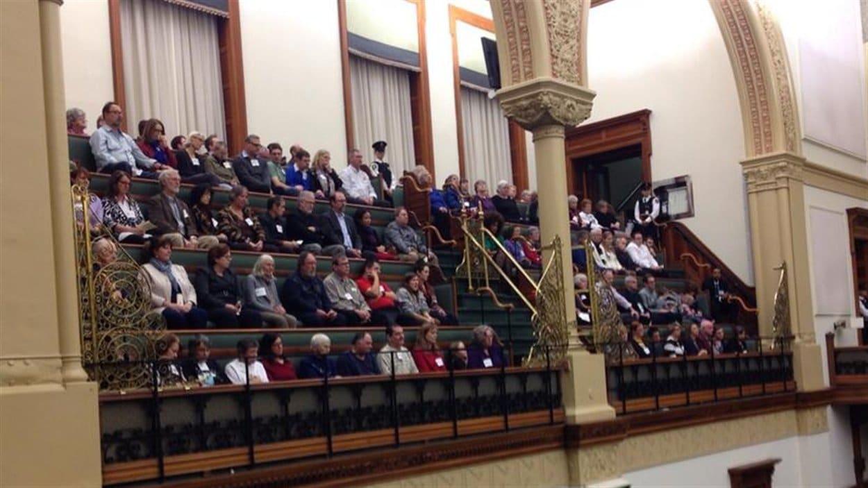 Plusieurs ex-résidents du Centre Huronia étaient présents à l'Assemblée législative pour entendre les excuses qui leur ont été présentées.