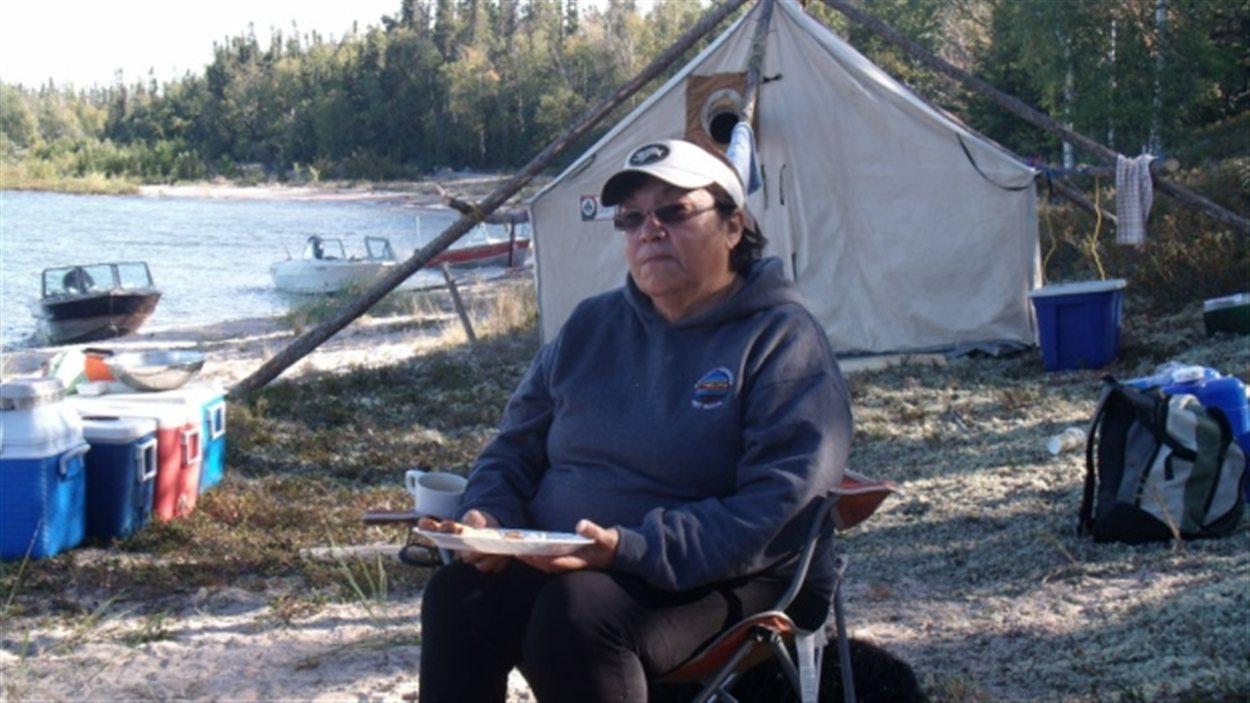 L'aînée Alice Rigney au bord de la rivière Athabasca