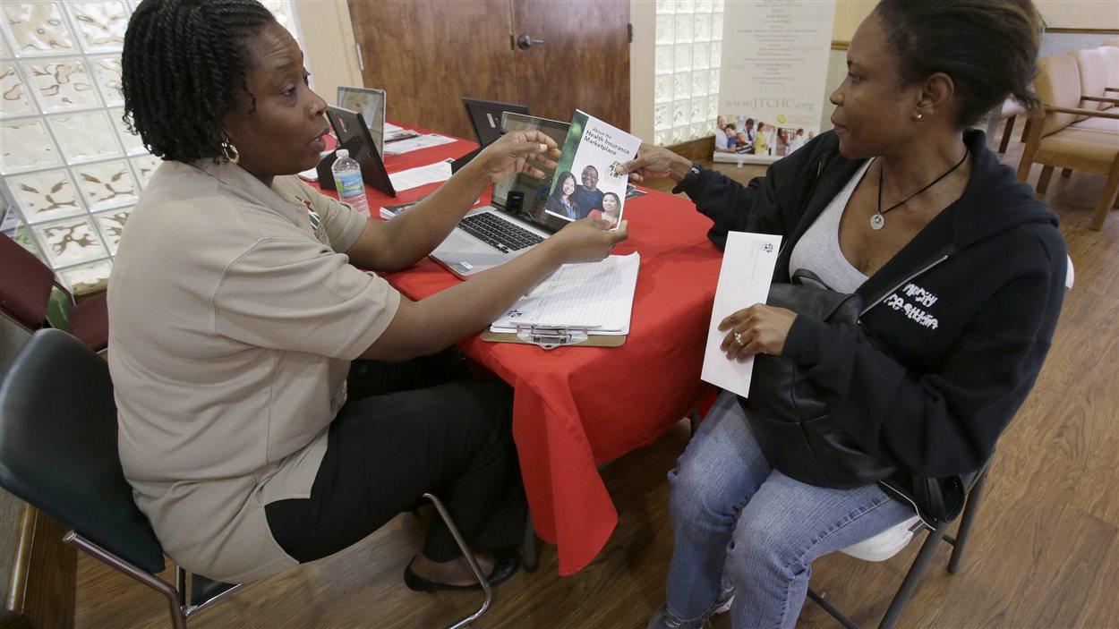 Une conseillère donne de l'information sur l'Obamacare dans une clinique communautaire de Miami
