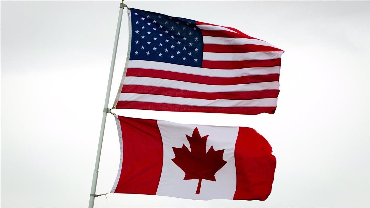Les drapeaux américain et canadien devant la maison d'un couple à Point Roberts, Washington, le 13 mars 2012