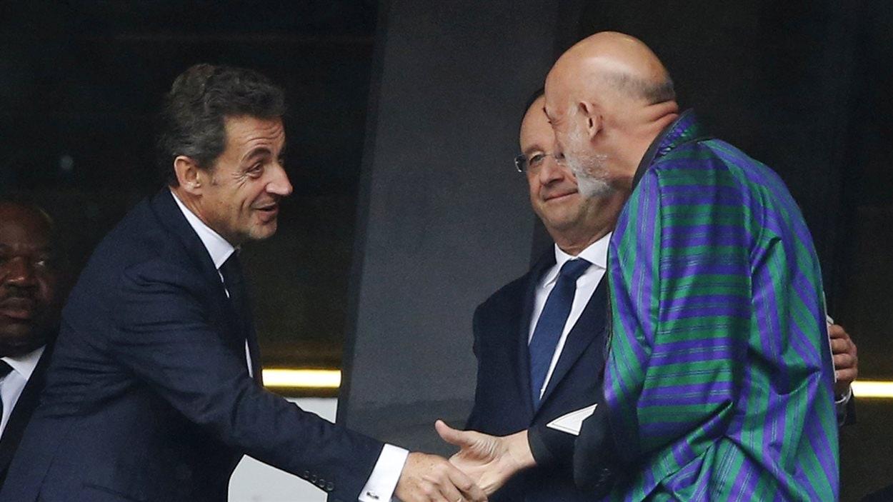 Nicolas Sarkozy serre la main à Hamid Karzai