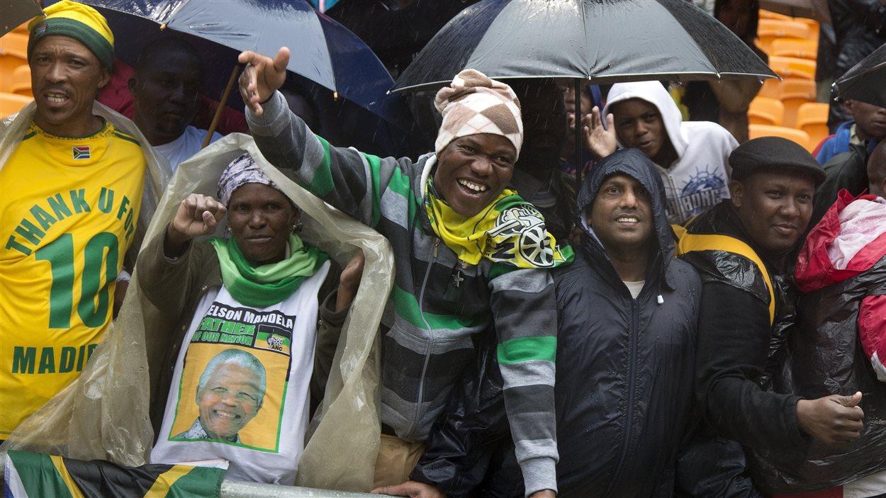 Des Sud-Africains à la cérémonie en hommage à Nelson Mandela.