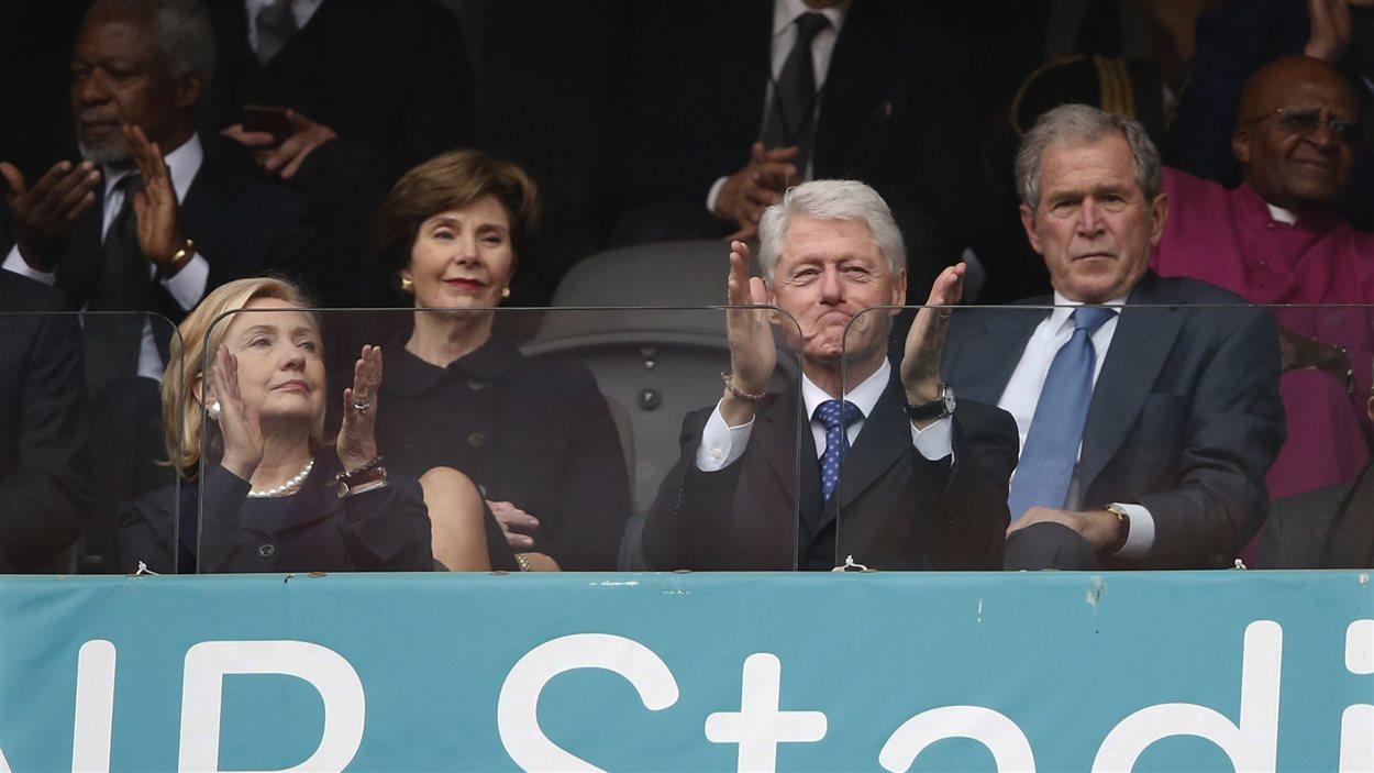 L'ancienne secrétaire d'État américaine Hillary Clinton et Bill Clinton, ex-président des États-Unis. Derrière, l'ex-président George W. Bush et sa femme.