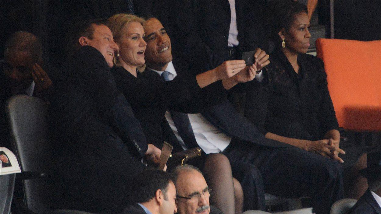 David Cameron, Helle Thorning-Schmidt et Barack Obama se prenant en photo dans le stade de Soweto, où s'est tenue cérémonie en hommage à Nelson Mandela.