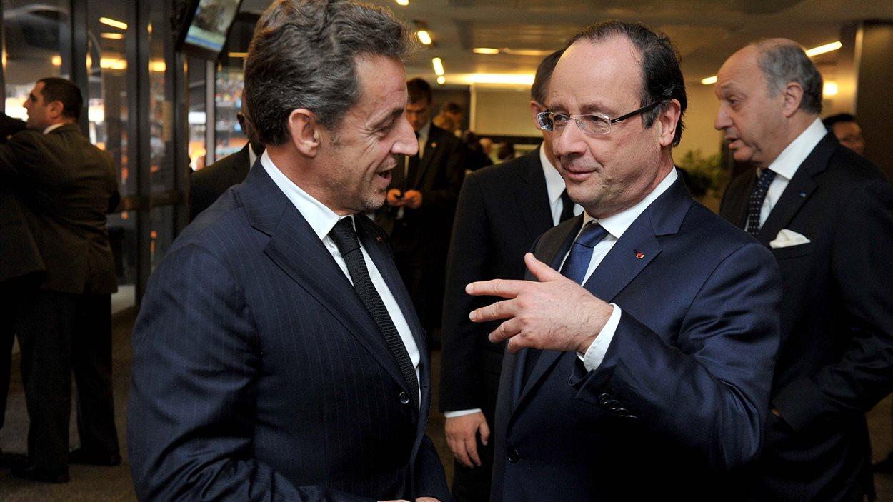 Le président français François Hollande et son prédécesseur Nicolas Sarkozy