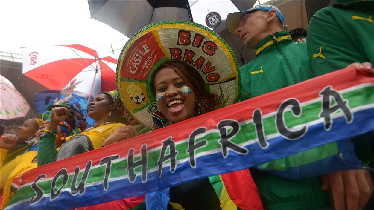 À l'intérieur du stade à Soweto, l'atmosphère était à la joie et à la célébration, malgré la pluie, lors des funérailles de Nelson Mandela.