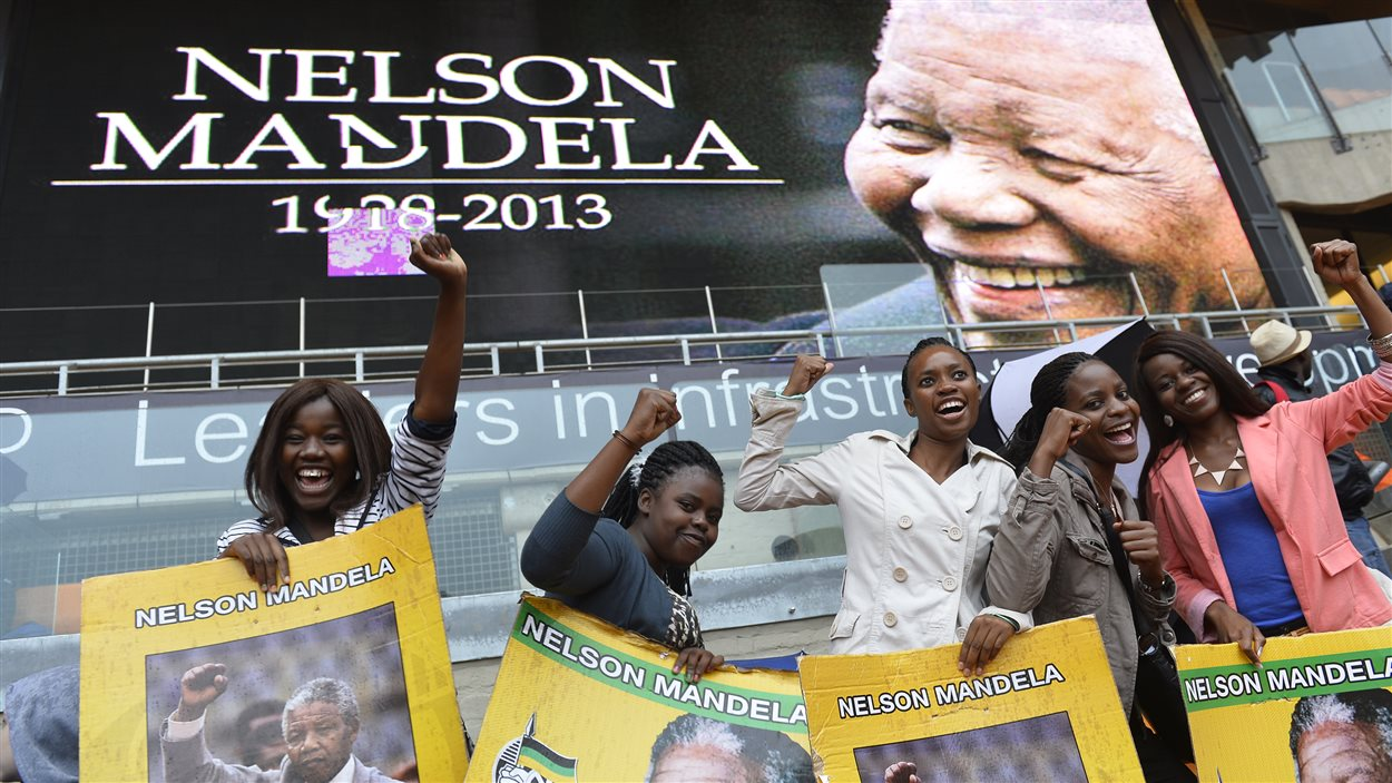 Ces jeunes femmes n'auraient manqué pour rien au monde les funérailles de Nelson Mandela.