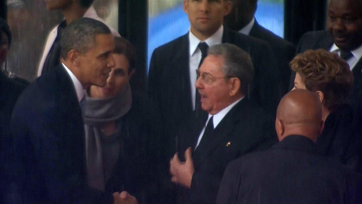 Poignée de main historique entre Barack Obama et Raul Castro.