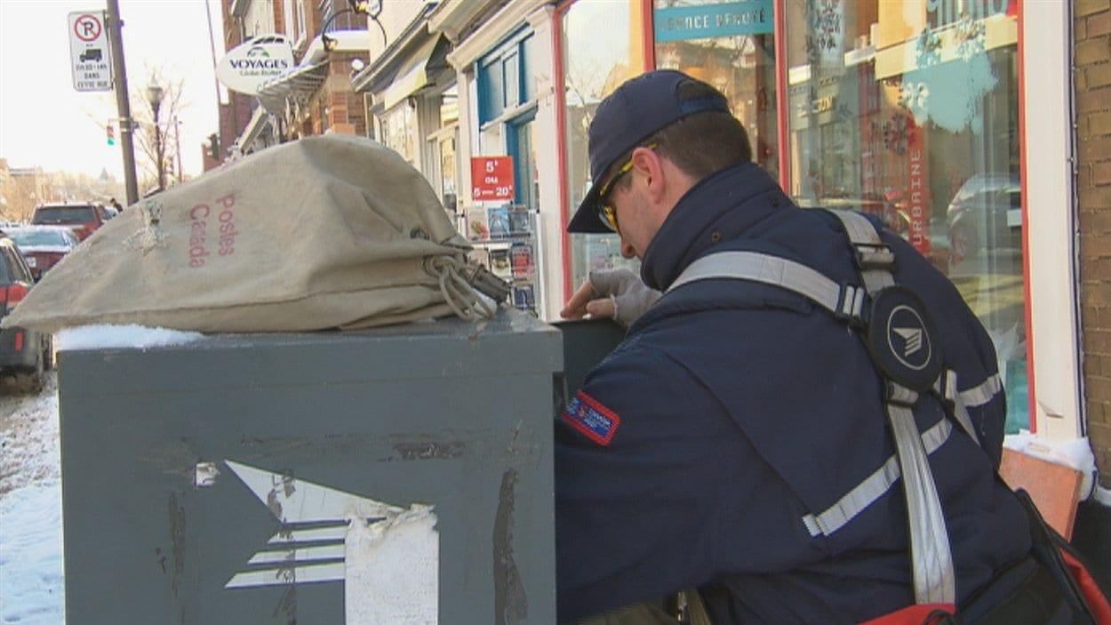 Un employé de Poste Canada recueillant le courrier