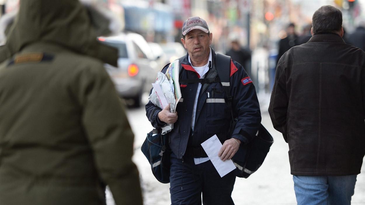 Un employé de Postes Canada au travail.