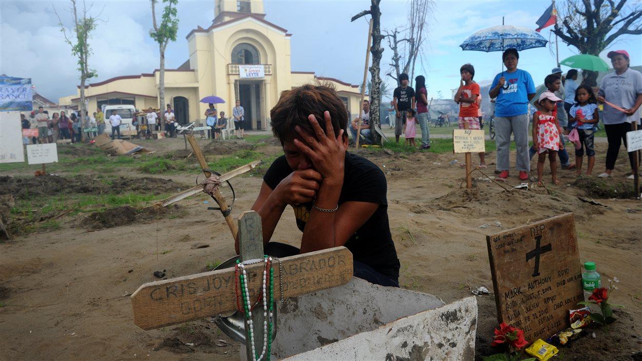 Le typhon Haiyan a fait des milliers de victimes et laissé leurs proches dans la douleur du deuil.