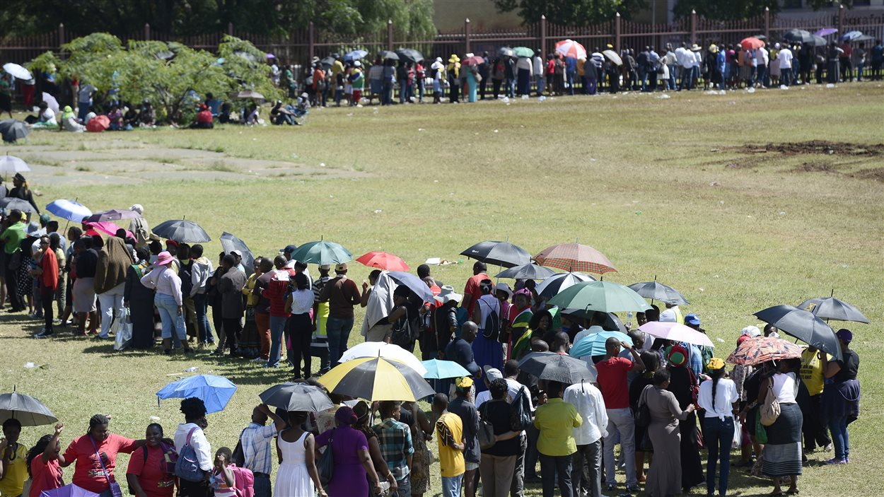 Des milliers de personnes font la file afin de dire adieu à Nelson Mandela, dont le corps sera tranporté samedi dans son village natal.