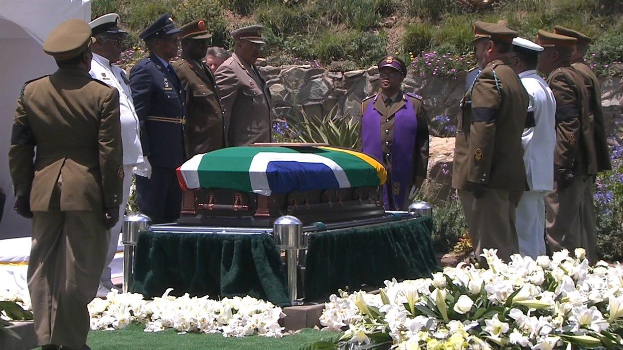 Des responsables de l'armée sud-africaine saluent le cercueil de Nelson Mandela, avant qu'il ne soit porté à terre.