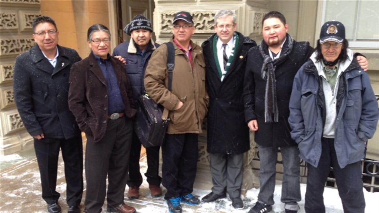 D'anciens élèves du pensionnat autochtone St. Anne à Fort Albany, devant la Cour d'appel de l'Ontario à Toronto avec le député fédéral Charlie Angus