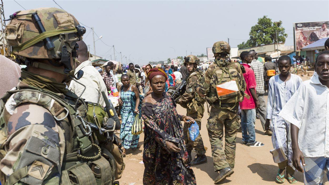 Une patrouille de soldats français dans un quartier de Bangui en Centrafrique.