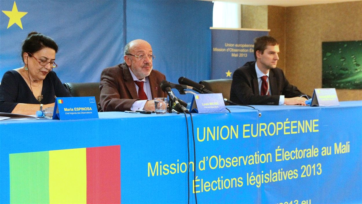 La délégation des observateurs européens conduite par le Belge Louis Michel lors d'une conférence de presse le 16 décembre à Bamako.
