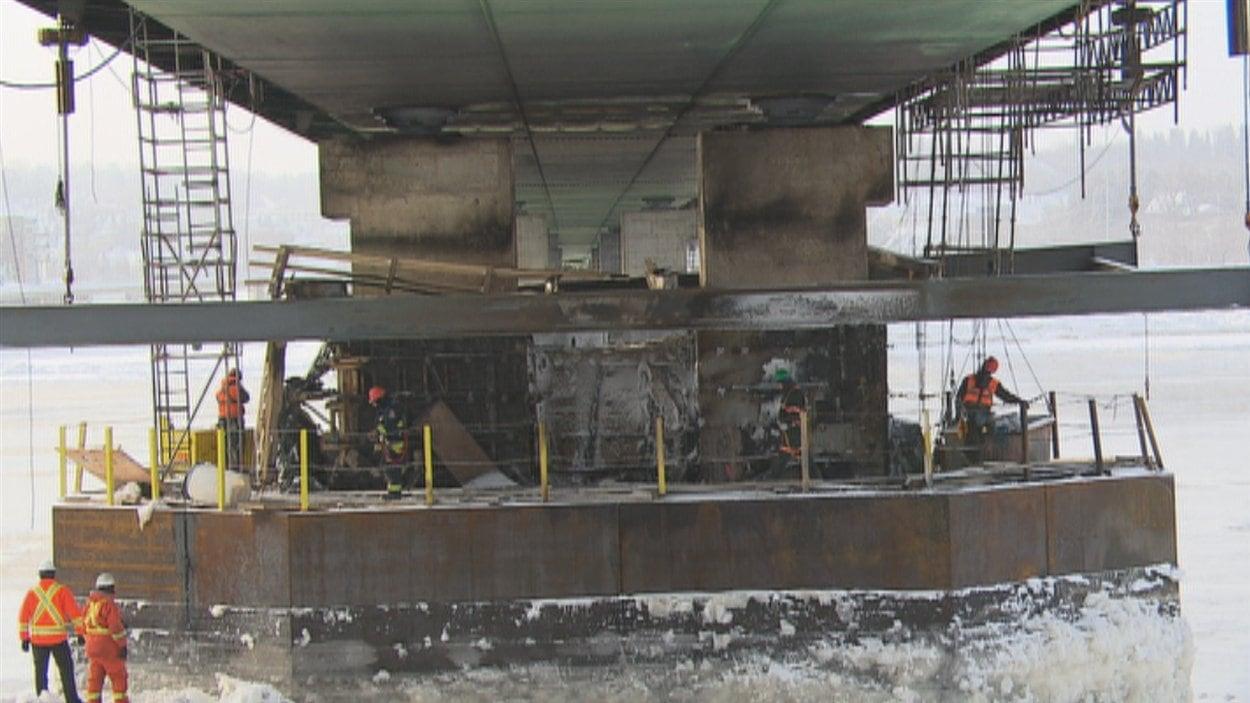 Les travailleurs de Proco réparent le pont Dubuc, endommagé par un incendie.