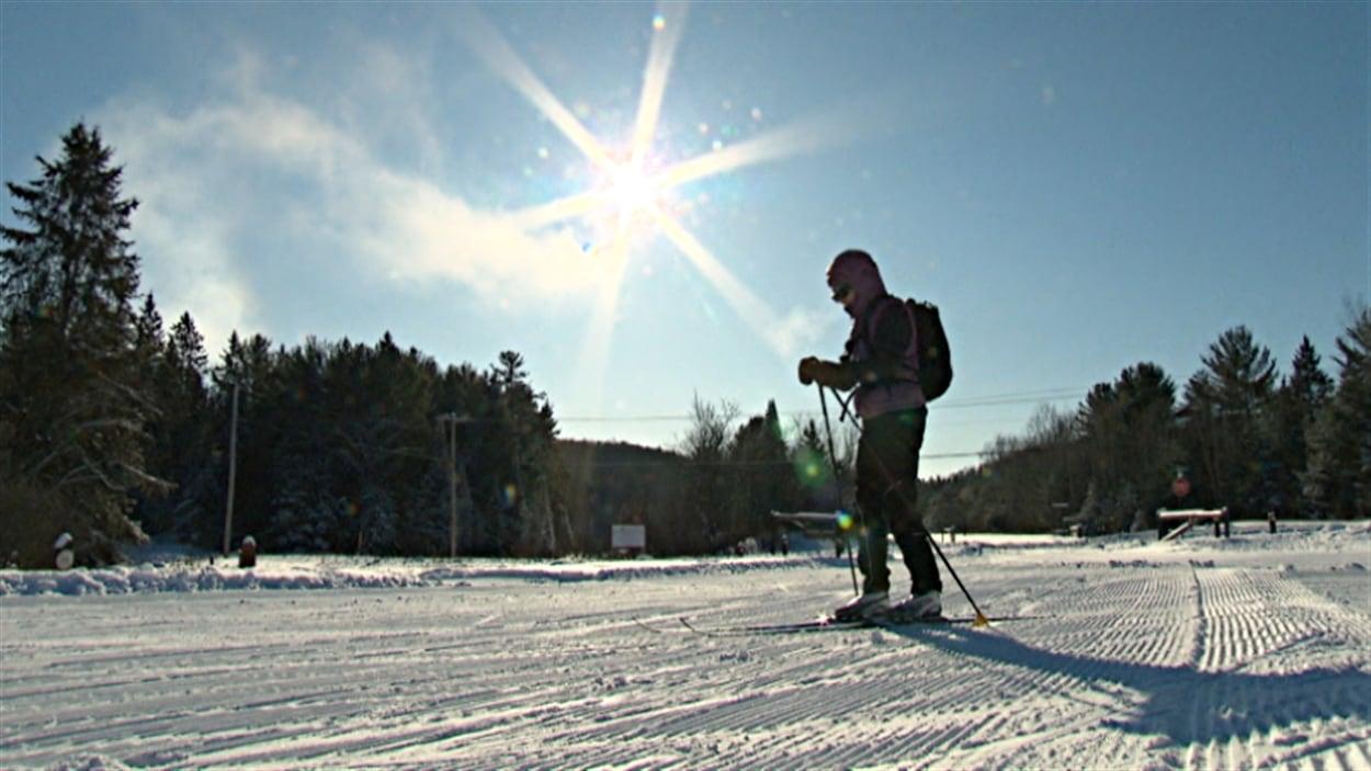Un amateur de ski de fond dans le parc de la Gatineau.