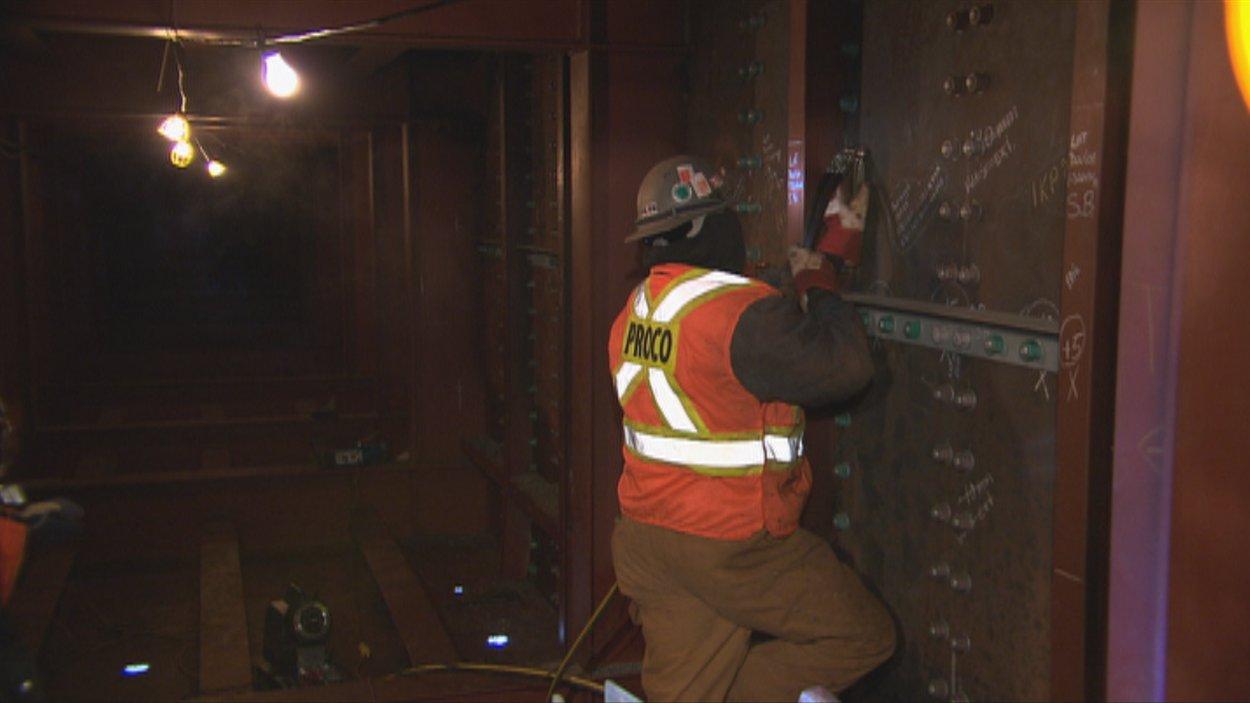 Un travailleur de Proco installe les raidisseurs dans la structure du pont Dubuc.