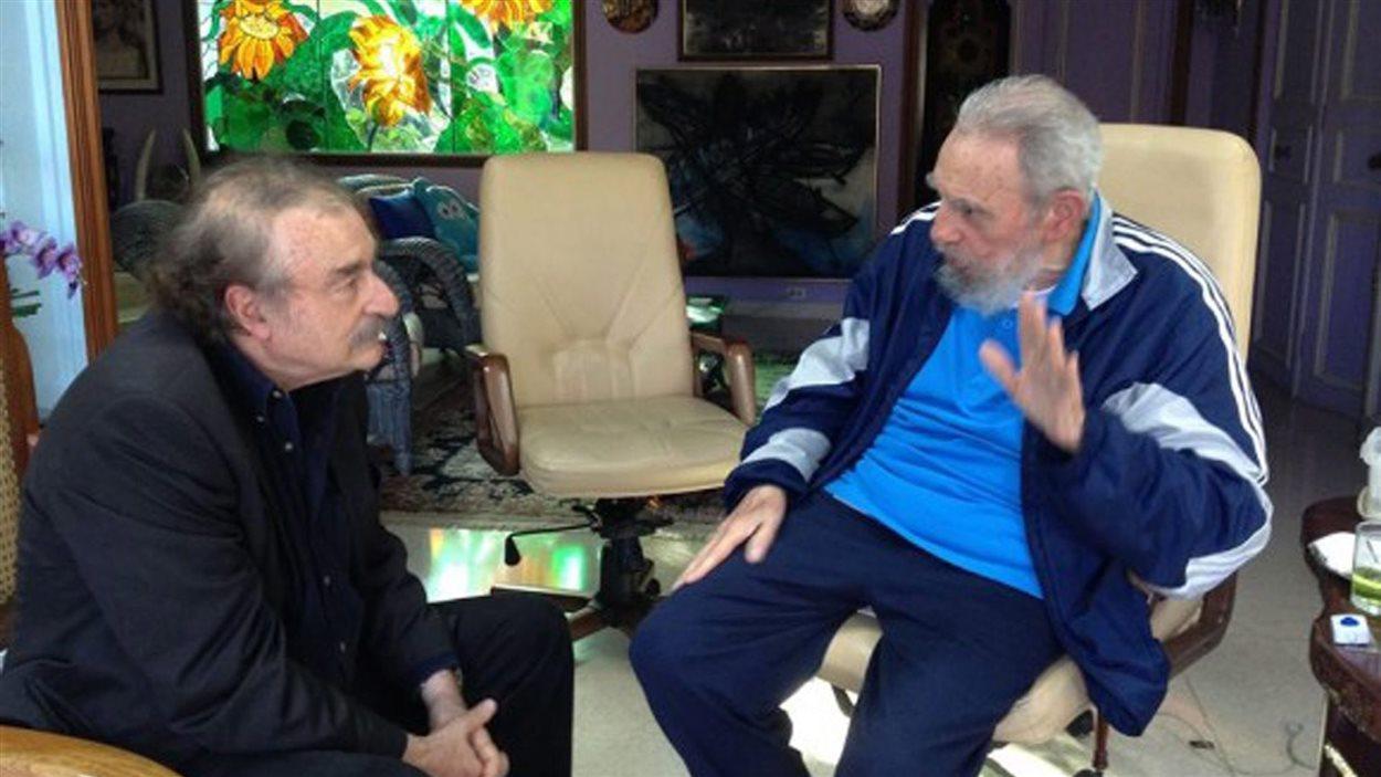 Une photo rendue publique le 13 décembre de l'ancien président cubain Fidel Castro (à droite) avec le journaliste espagnol Ignacio Ramonet (à gauche) à La Havane.