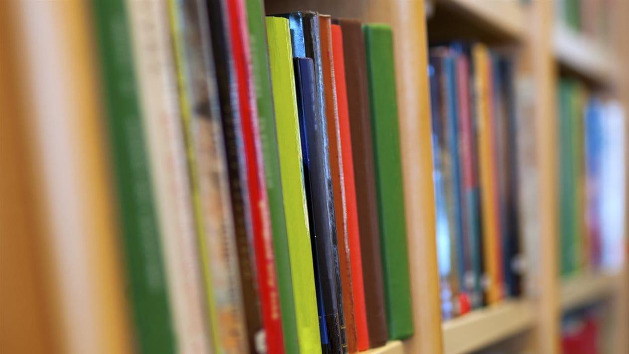 Livres sur les rayonnages d'une bibliothèque