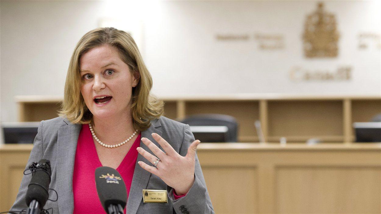 Sarah Kiley, de l'Office national de l'énergie du Canada, répond aux questions sur le rapport de la commission d'examen conjoint sur le projet Enbridge Northern Gateway jeudi.