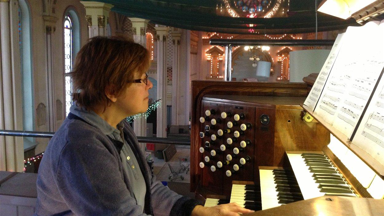 Denise Martin joue de l'orgue tous les jours le midi pendant sa pause à l'église Sainte-Brigide