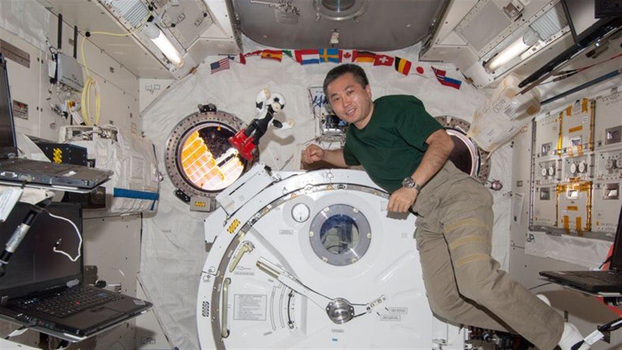 L'astronaute Koichi Wakata et le robot Kirobo en apesanteur