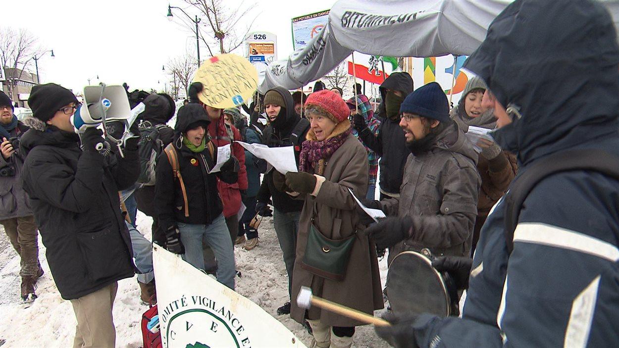 Manifestation d'opposants au projet d'inversion du pipeline 9B d'Enbridge, le 21 décembre, à Repentigny