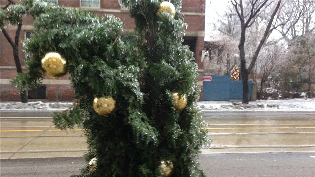 Certains abonnés de Toronto Hydro devront patienter jusqu'au matin de Noël avant de retrouver le courant.