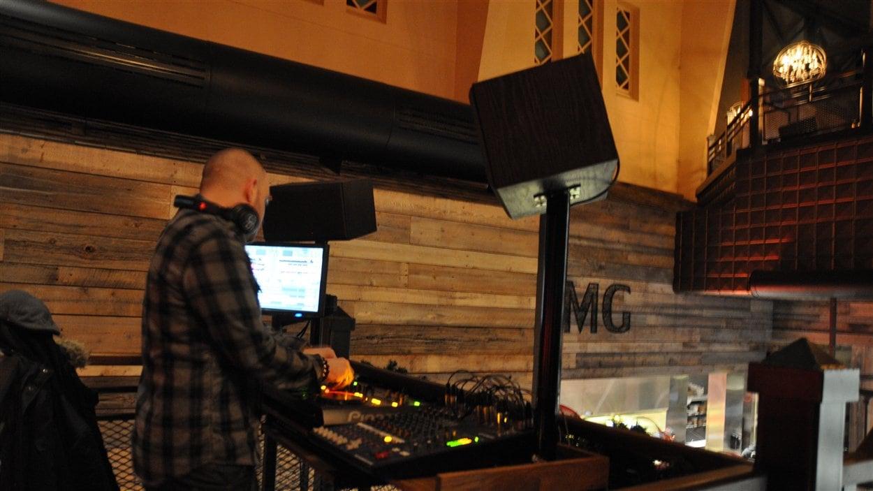 Un DJ anime les soirées des jeudi, vendredi et samedi dans l'ancienne église à Sherbrooke