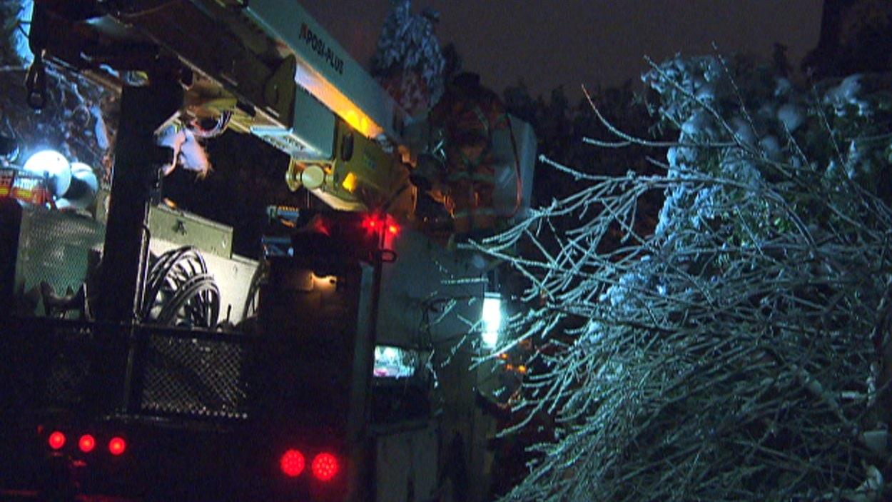 Les travailleurs d'Hydro-Québec ont reçu des renforts d'autres régions de la province pour rétablir le réseau électrique.