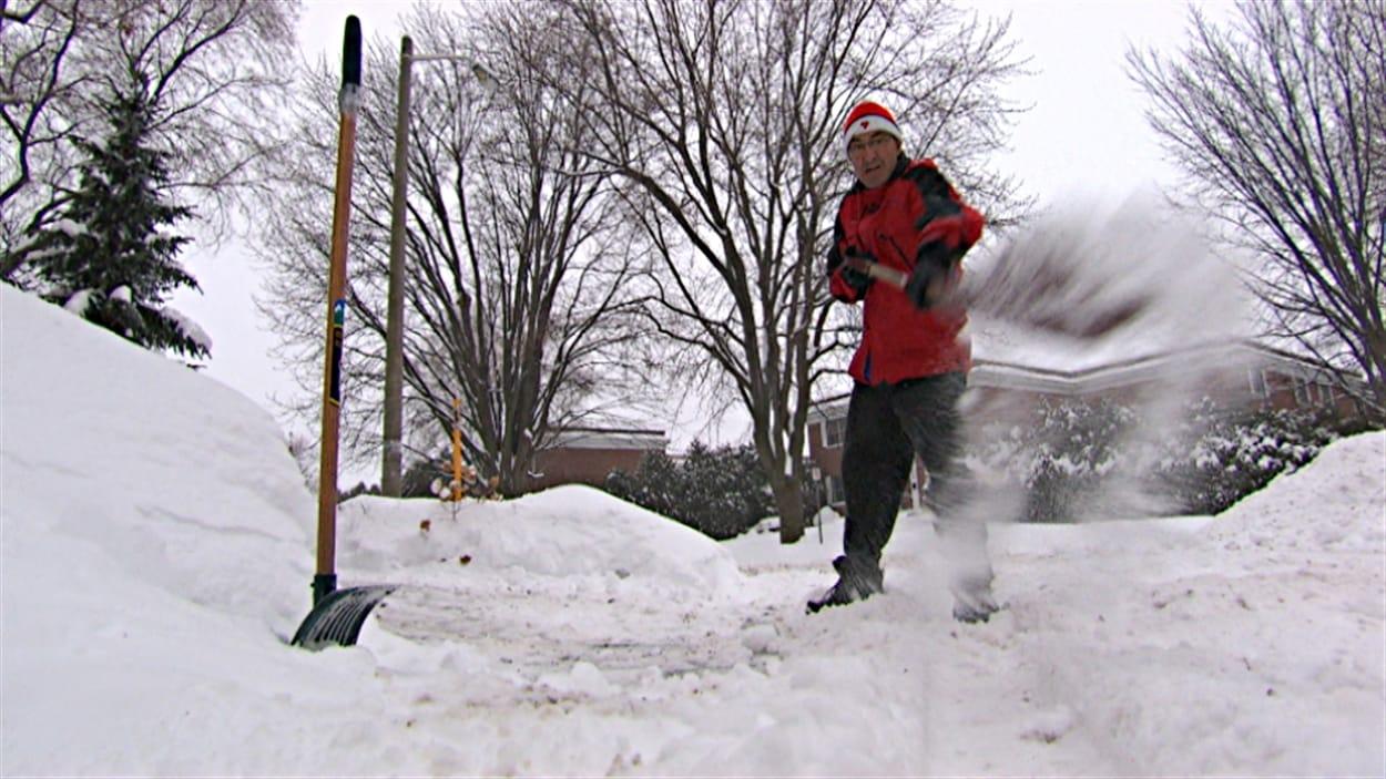 Un résident d'Ottawa déblaie l'entrée de sa résidence.