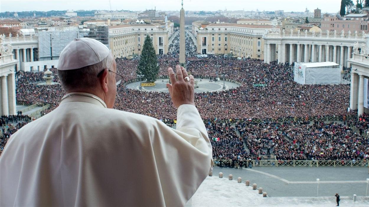 Le pape saluant la foule du haut du balcon de la basilique Saint-Pierre, le 25 décembre 2013
