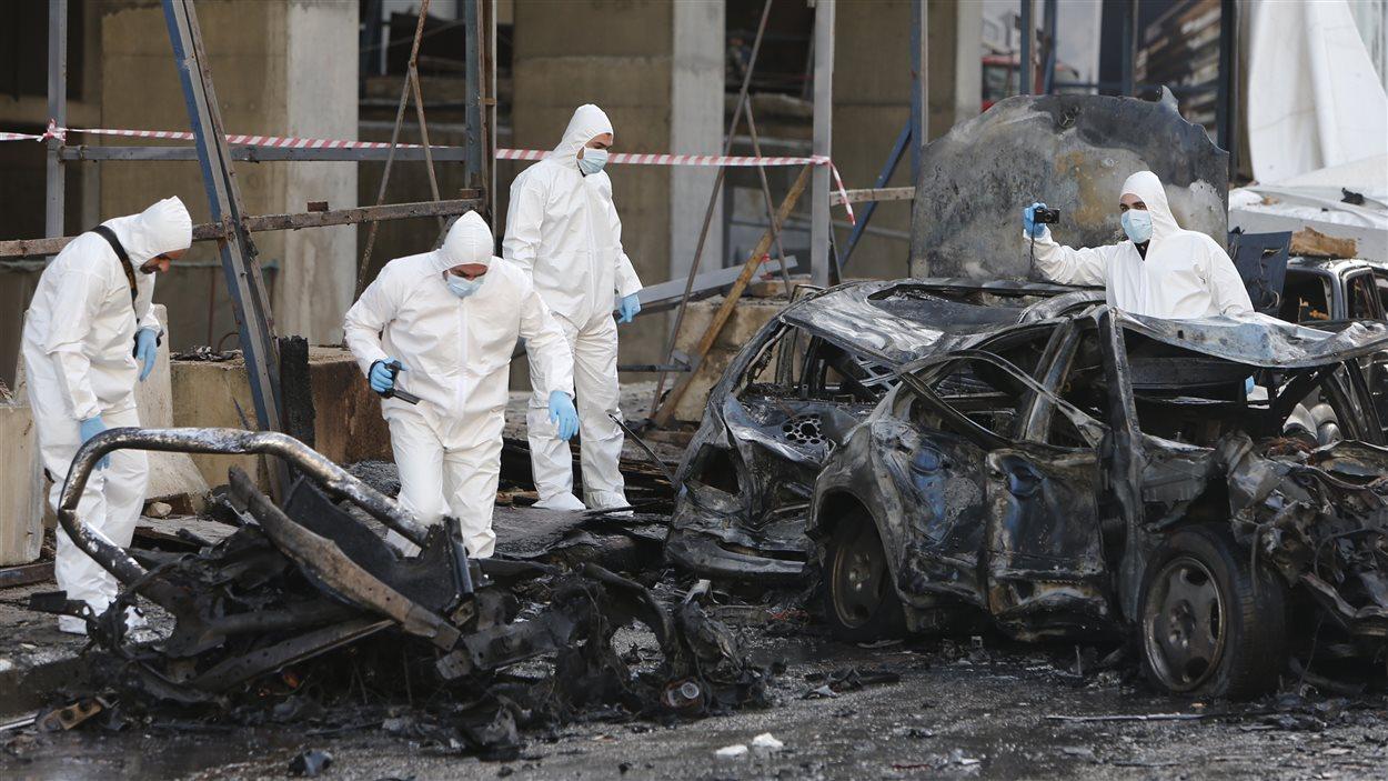 Des experts analysent la scène de l'explosion