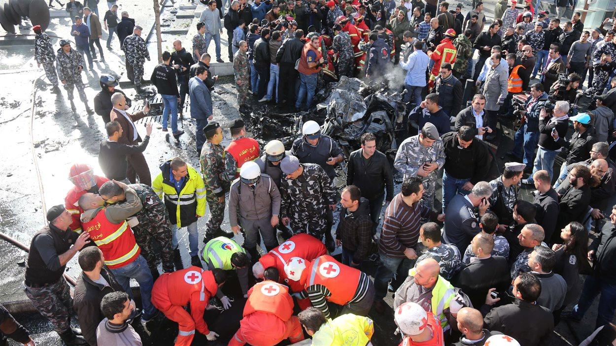Les médecins de la Croix-Rouge libanaise déplacent les corps calcinés sur les lieux de l'attentat à Beyrouth, qui a tué Mohamed Chatah.