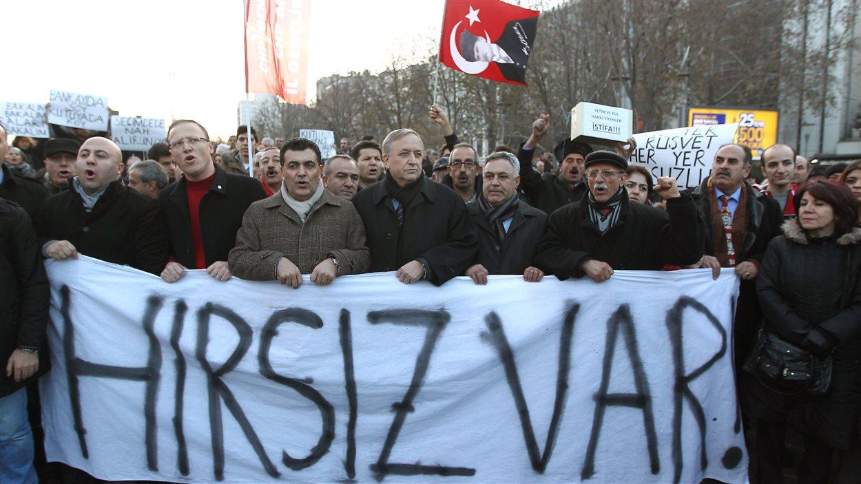 Des manifestatns à Ankara, réclament le départ du premier ministre turc.