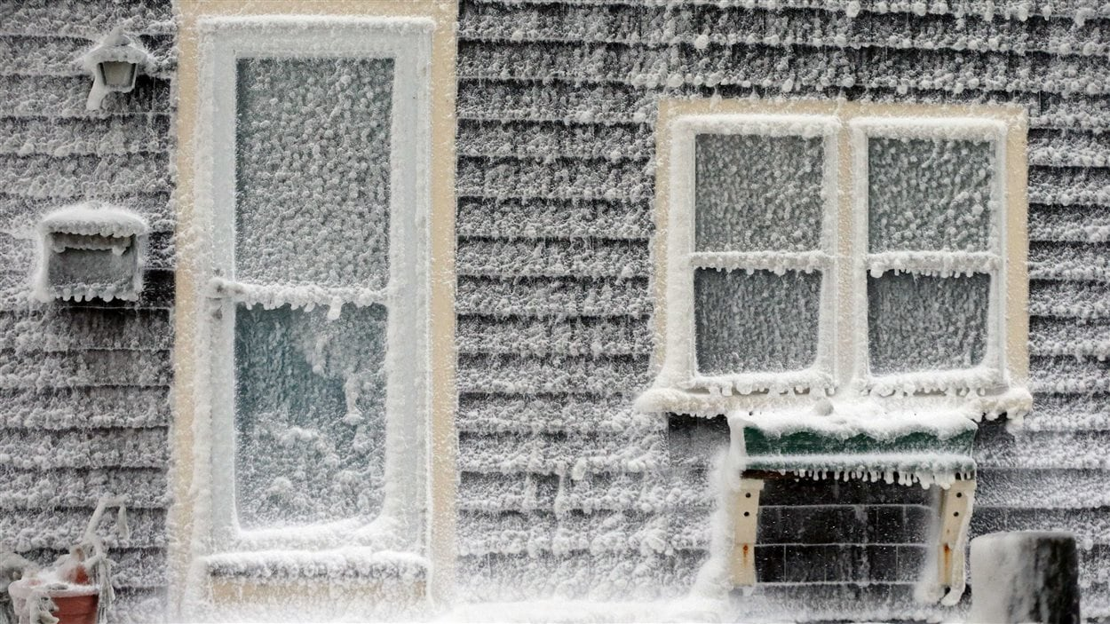 Les vagues ont laissé du frimas sur les maisons le long de la côte, à Scituate, au Massachusetts.