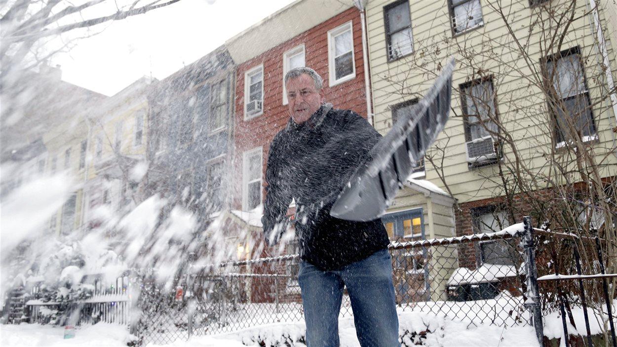 Le maire de New York, Bill de Blasio, a été photographié en train de déneiger l'accès à sa petite maison de Brooklyn.