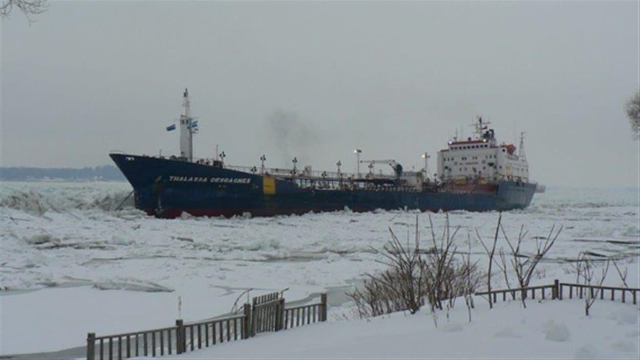 Un navire est à la dérive près de Sorel-Tracy.