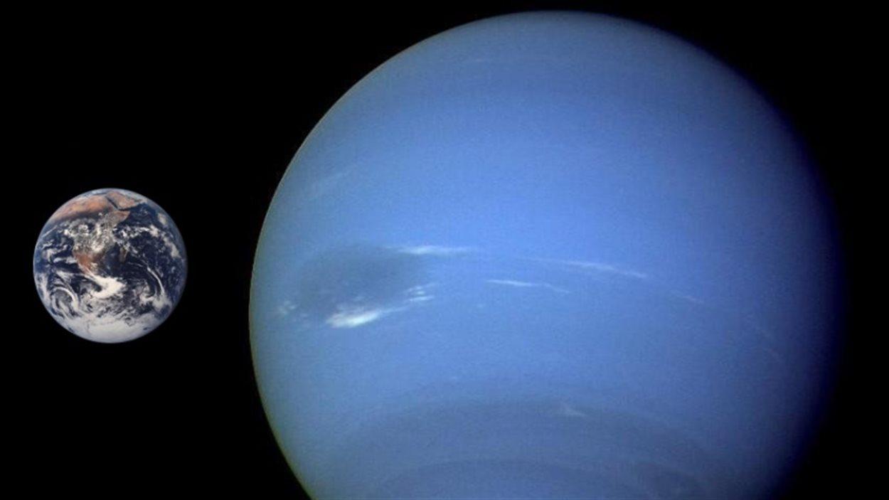 Comparaison de la taille de la Terre et de Neptune.