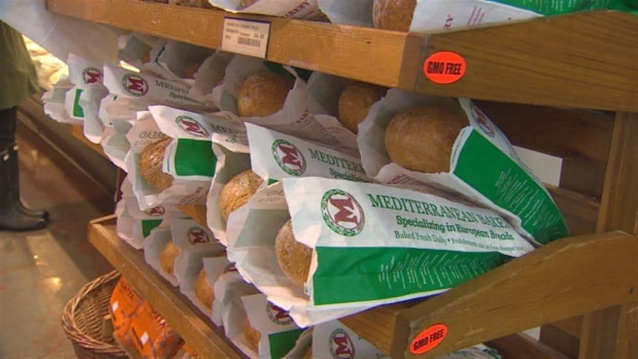 Des baguettes de pain fabriqué par la boulangerie Mediterranean Bakery, à Burnaby en Colombie-Britannique, sont disposées sur une étagère.