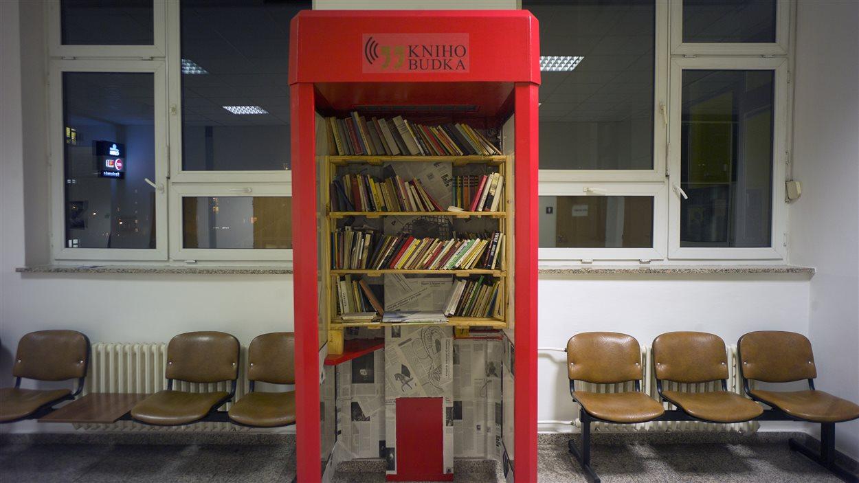 Une des cabines téléphoniques transformées en mini-bibliothèques.